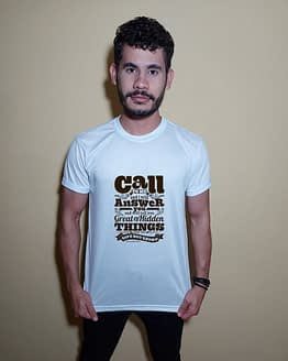 Homem usando camiseta call to me and I will answer you