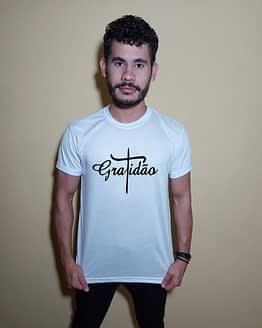 Homem usando camiseta gratidão