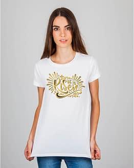 Mulher usando camiseta He is risen