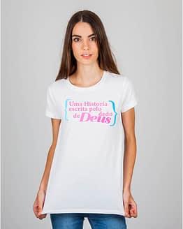 Mulher usando camiseta Uma história escrita pelo dedo de Deus