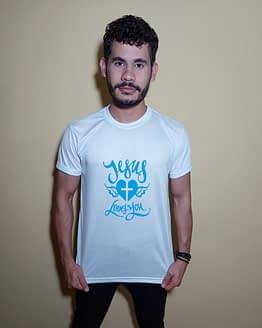 Homem usando camiseta Jesus loves you