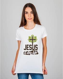Mulher usando camiseta Jesus is my life