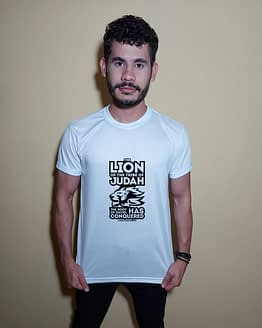 Homem usando camiseta The Lion of the tribe of Judah the root of David has conquered