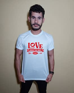 Homem usando camiseta Love Jesus the best