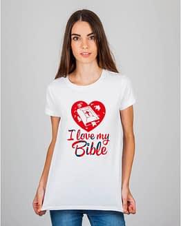 Mulher usando camiseta I Love my bible