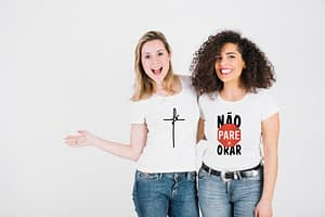 casal de amigas vestindo camisas gospel fé e não pare de orar