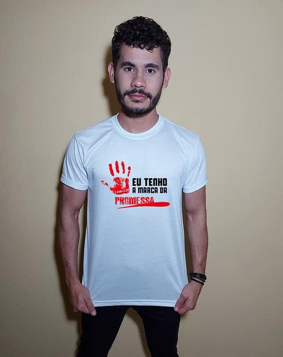 Homem usando camiseta Eu tenho a marca da promessa