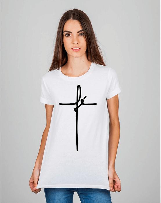 Mulher usando camiseta fé