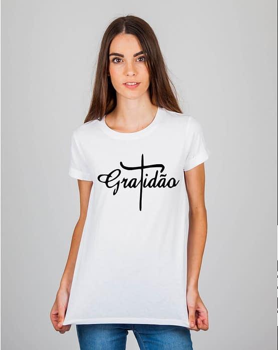 Mulher usando camiseta gratidão