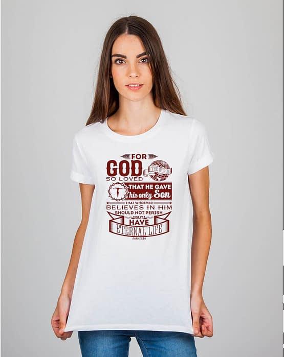 Mulher usando camiseta For God so loved the world