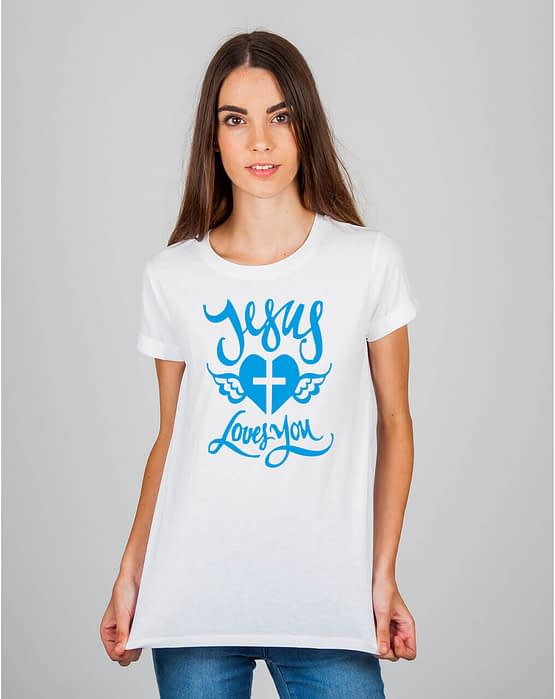 Mulher usando camiseta Jesus loves you