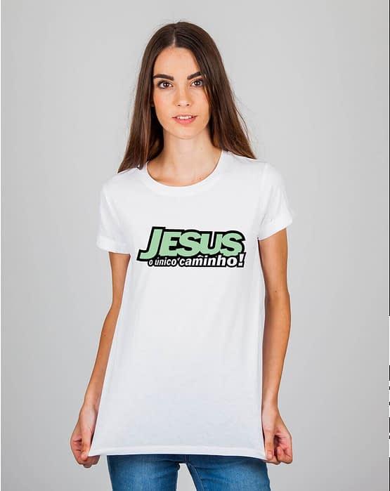 Mulher usando camiseta Jesus o único caminho