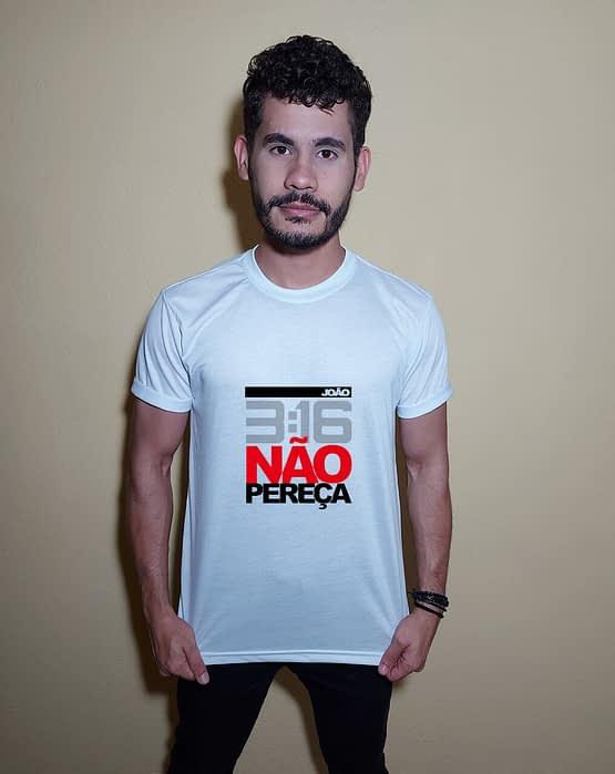 Homem usando camiseta João 3:16 Não pereça