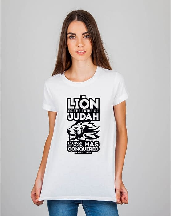 Mulher usando camiseta The Lion of the tribe of Judah the root of David has conquered