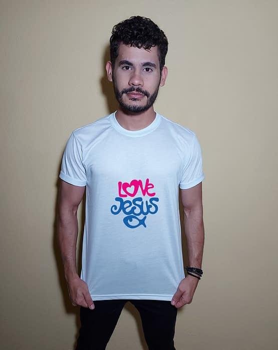 Homem usando camiseta Love Jesus