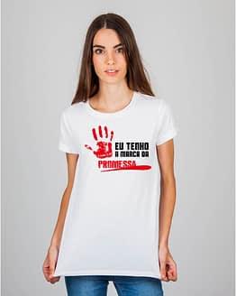 Mulher usando camiseta Eu tenho a marca da promessa