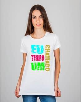 Mulher usando camiseta Eu tenho um chamado