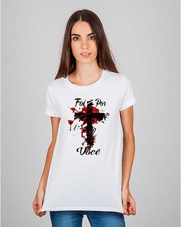 Mulher usando camiseta Foi por você