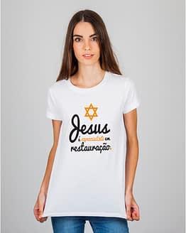 Mulher usando camiseta Jesus é especialista em restauração