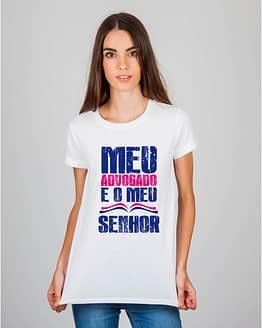 Mulher usando camiseta Meu advogado é o meu Senhor