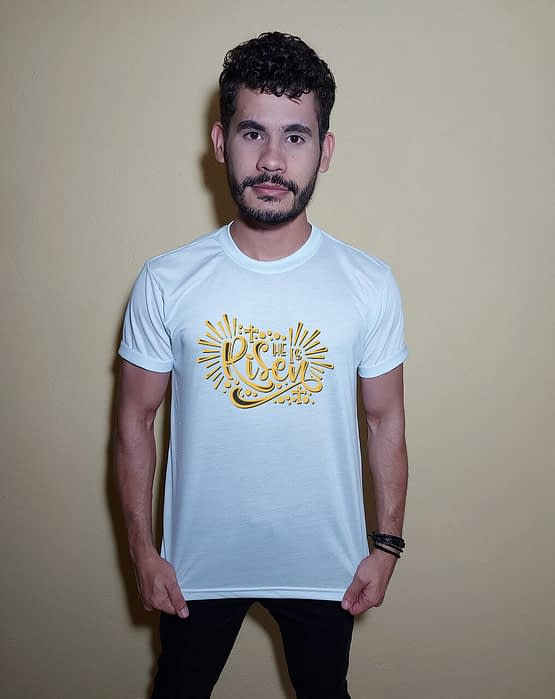 Homem usando camiseta He is risen