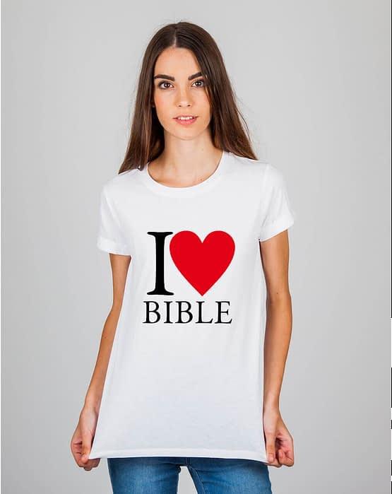 Mulher usando camiseta I love bible