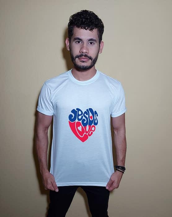 Homem usando camiseta Jesus love