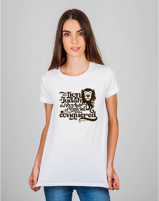 Mulher usando camiseta The Lion of Judah the root of David has conquered