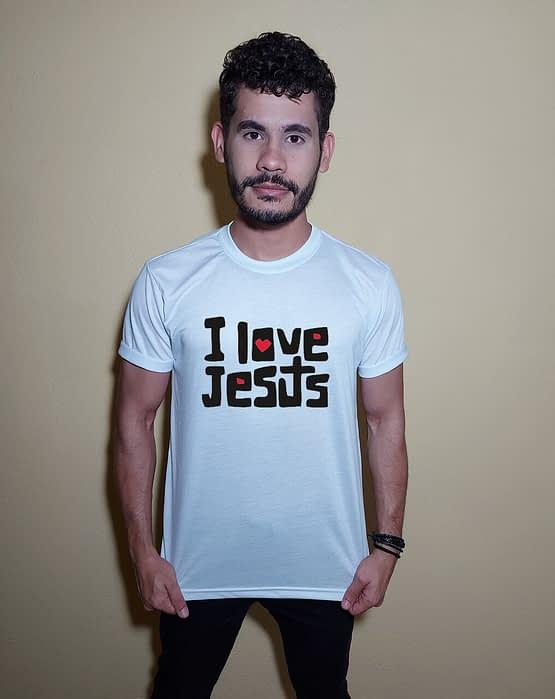 Homem usando camiseta I Love Jesus