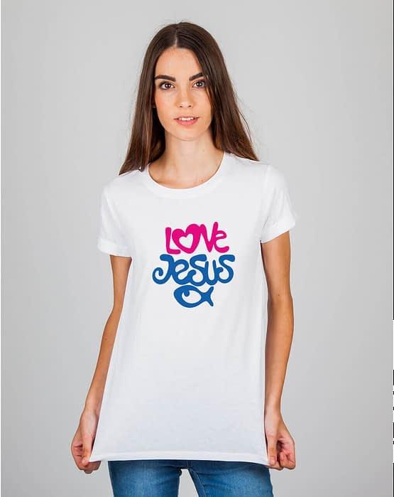 Mulher usando camiseta Love Jesus